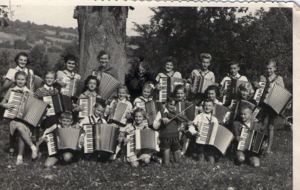 mali-harmonikaski-orkestar-s-uciteljicom-adelom-kamenar-pakrac-prva-polovica-20-st