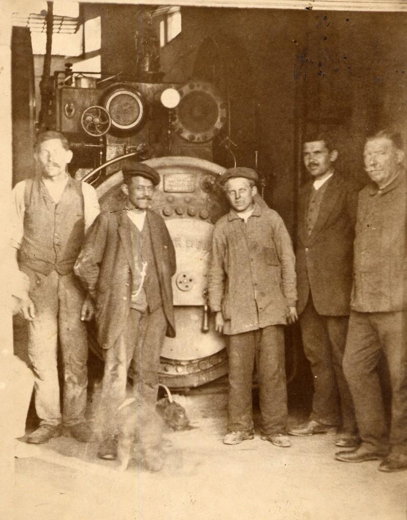 radnici-u-munjari-uz-plinski-pogonski-stroj-lozen-drvima-1905