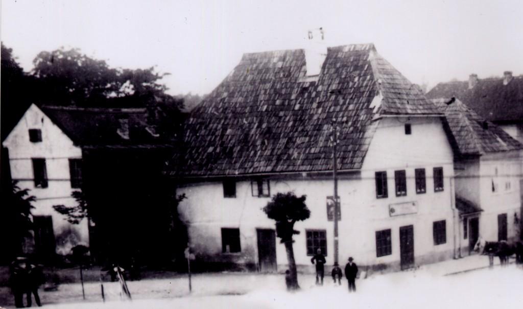 stara-kuca-na-mjestu-danasnje-uglovnice-na-trgu-bana-josipa-jelacica-pakrac-1922