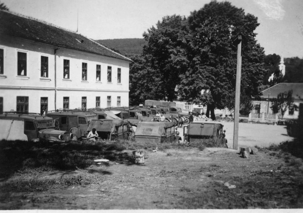 vojna-vozila-uz-skolu-pakrac-1947